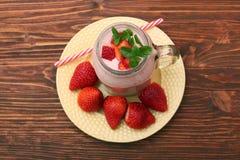 圆滑的人用草莓和牛奶 库存图片