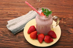 圆滑的人用草莓和牛奶 图库摄影