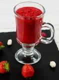 圆滑的人草莓和荚莲属的植物 免版税库存图片