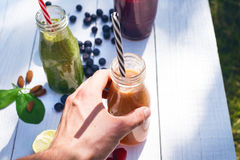 圆滑的人饮料自然的一个体育人 杯圆滑的人用莓果和薄菏 莓果、叶子和石灰, raspberriesFruit Healt 库存图片