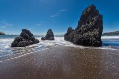 圈地海滩加利福尼亚晃动波浪和沙子 库存照片