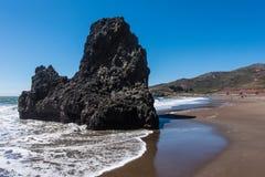 圈地海滩加利福尼亚晃动波浪和沙子 免版税库存照片