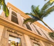 圈地驱动的,比佛利山萨瓦托・菲拉格慕商店 免版税库存图片