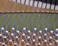 圈套别针和喑哑在老bechstein大平台钢琴里面 免版税库存照片