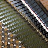 圈套别针和喑哑在老bechstein大平台钢琴里面 库存图片