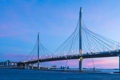 圈子在内娃河的高速公路路桥梁在嘴它附近在日落以后的蓝色小时内 免版税库存照片