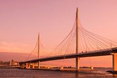 圈子在内娃河的高速公路路桥梁在嘴它附近在日落期间的金子小时内 免版税库存图片