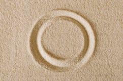 圈子在沙子表面宏指令照片的形状版本记录 免版税库存图片