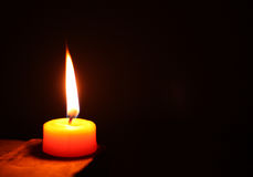 圈子在黑背景隔绝的蜡烛光 免版税图库摄影