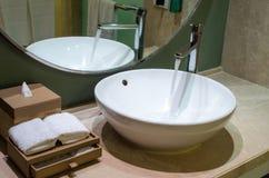 浴圈子擦净剂龙头图象极可意浴缸开放溢出取消了连续垂直的水 免版税库存照片