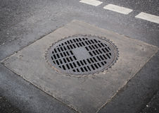 圈子铁在路地板上的人孔盖 免版税图库摄影