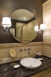 圈子镜子在一个豪华卫生间里 图库摄影