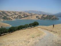 土下来路径线索往湖 免版税库存图片