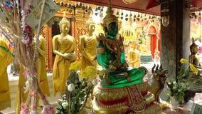 土井素贴寺庙的鲜绿色菩萨 股票视频