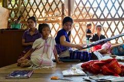 土井Inthanon国家公园, 2015年10月:卡伦家庭在工作 免版税图库摄影