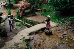 土井Pui部族村庄,清迈,泰国,12 16 18:亚裔游人在Hmong部落的传统衣物装饰 免版税库存照片