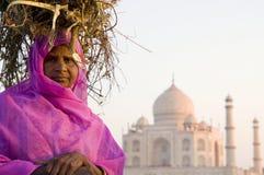 土产印地安妇女和泰姬陵作为背景 库存图片