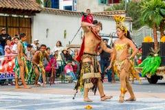 土产妇女舞蹈家在街道,南美上跳舞 免版税库存图片