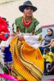 土产妇女舞蹈家在街道,南美上跳舞 图库摄影