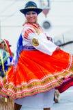 土产妇女舞蹈家在街道,厄瓜多尔上跳舞 库存图片
