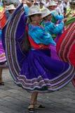 土产少妇跳舞的特写镜头在街道的 库存照片