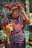 土产玛雅人妇女卖主在奇奇卡斯特南戈市场上在危地马拉 免版税库存图片