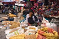 土产盖丘亚族人的妇女在Otavalo厄瓜多尔市场上 免版税图库摄影
