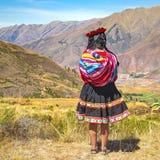 土产秘鲁盖丘亚族人的女孩,库斯科,秘鲁 库存图片