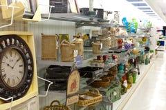 土产货物:与家庭装饰产品的架子 免版税库存图片