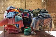土产ols妇女在市场上,阿根廷 库存图片