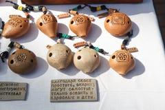 黏土便士销售吹口哨对城市的naulitsa 免版税图库摄影