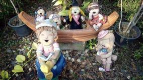 黏土儿童小组雕象 免版税库存照片