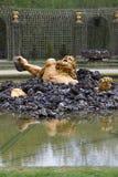 土卫二在凡尔赛庭院的树丛雕象  免版税库存图片