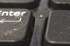 土和尘土在膝上型计算机按钮 特写镜头 后面和前景被弄脏 库存图片