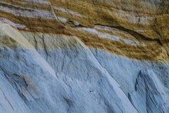 黏土和沙子层数在峭壁 免版税库存图片