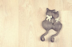 黏土在木背景的玩具猫 图库摄影