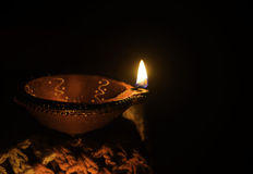 黏土在diwali节日的油灯用途与海报空间 免版税库存图片