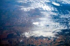 土地、领域和云彩的鸟瞰图 免版税库存照片
