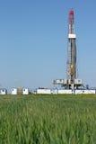 土地在麦田的石油钻井船具 库存照片