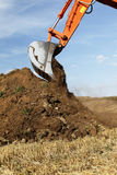 土地球搬家工人挖出 免版税库存照片