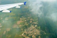 土地的图片从飞机窗口的 免版税库存图片