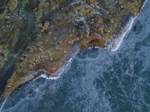 土地遇见冰冷的湖 免版税库存照片