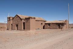 土坯房在玻利维亚人的Altiplano Cerrillos村庄在与蓝天,玻利维亚的爱德华多Avaroa安地斯山的动物区系国家储备附近 免版税图库摄影
