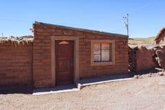 土坯房在玻利维亚人的Altiplano Cerrillos村庄在与蓝天,玻利维亚的爱德华多Avaroa安地斯山的动物区系国家储备附近 免版税库存照片