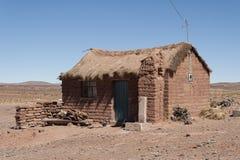 土坯房在玻利维亚人的Altiplano Cerrillos村庄在与蓝天,玻利维亚的爱德华多Avaroa安地斯山的动物区系国家储备附近 库存图片