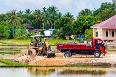 土堤和建筑拖拉机 库存图片