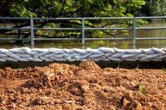 土墩和沙袋洪水防御的 库存照片