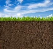 土壤、草和天空背景 免版税库存照片