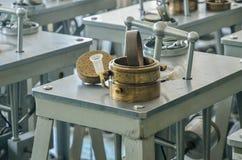 土壤的研究的压缩设备在实验室里 免版税库存图片