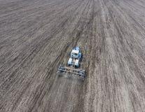 土壤的耕种谷物播种的  拖拉机犁在领域的土壤 免版税库存照片
